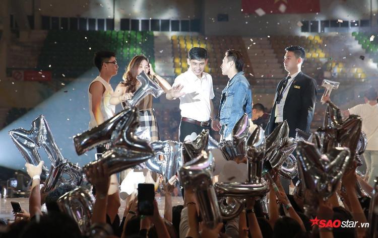 Nam ca sĩ gốc Thái Bình đã có một đêm đáng nhớ bên các fan và gia đình.