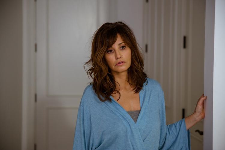 """Gina Gershon - Người phụ nữ đáng thương vì đã tin lầm """"hồ ly""""."""