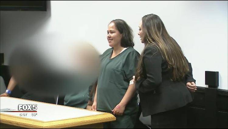 Nụ cười ám ảnh của người phụ nữ giết chồng và bốn con tại phiên xét xử đầu tiên