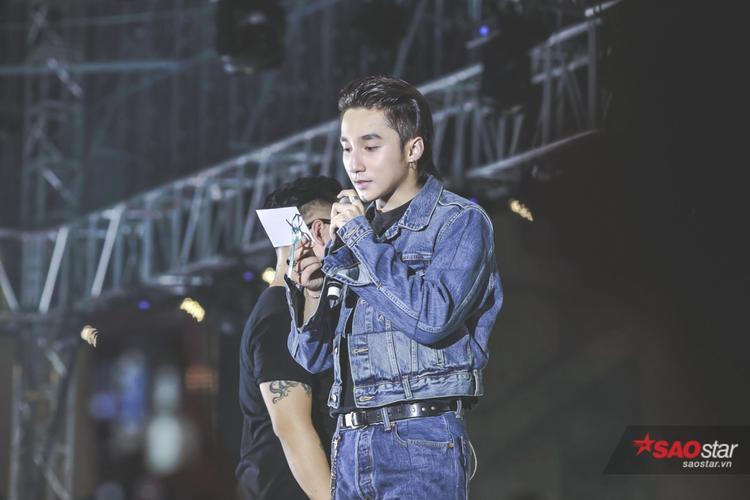 Trong một phần giao lưu giữa Sơn Tùng và khán giả, một cây nguyện ước khá lớn được đặt chính giữa sân khấu, trên đó là hàng trăm lời nhắn gửi yêu thương mà các Sky - cộng đồng fan của Sơn Tùng M-TP dành cho anh chàng.