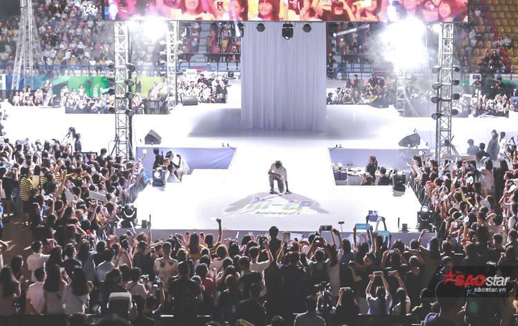 """Sân khấu ngay trước khi Sơn Tùng xuất hiện, 4 tấm vải trắng tạo thành khối hộp ngay trung tâm chính là nơi cất giấu """"bí mật""""."""