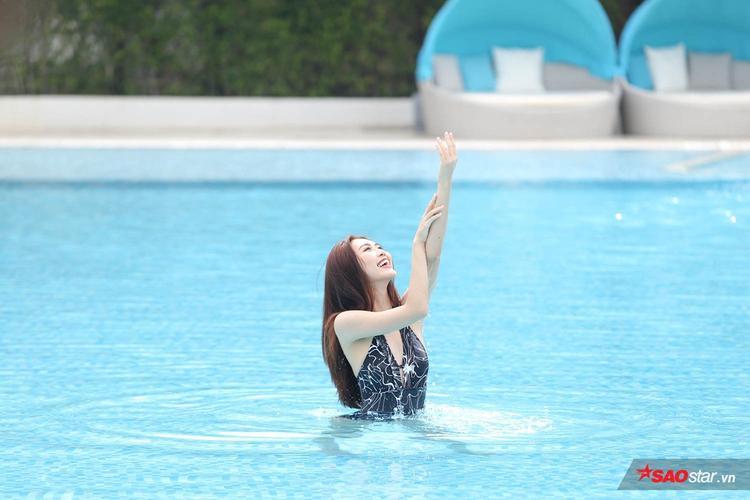 Dù khá tự tin nhưng nỗi sợ không biết bơi lại là rào cản trong thử thách lần khiến cô chưa thực sự tự nhiên.