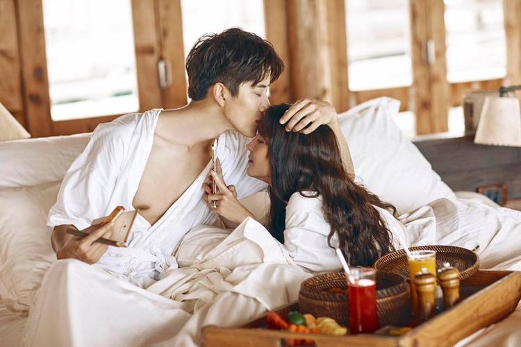 Mike và Aom tình tứ thế này thì ai mà không muốn họ sẽ thành cặp đôi thật sự của nền điện ảnh Thái Lan.