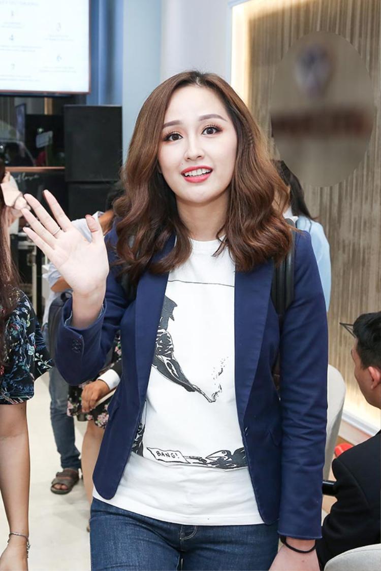 Mai Phương Thúy diện áo phông trắng cùng quần jeans, khoác áo blazer bên ngoài.
