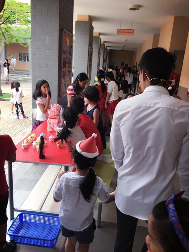 Cách đây không lâu hình ảnh anh dắt tay Bánh Gạo đến trường để tham gia buổi hội chợ từ thiện ngay tại trường học của bé đã làm cho nhiều người hâm mộ thích thú.