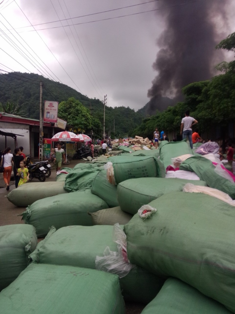 Các tiểu thương và người dân cố gắng mang hàng hoá chưa bén lửa ra ngoài.