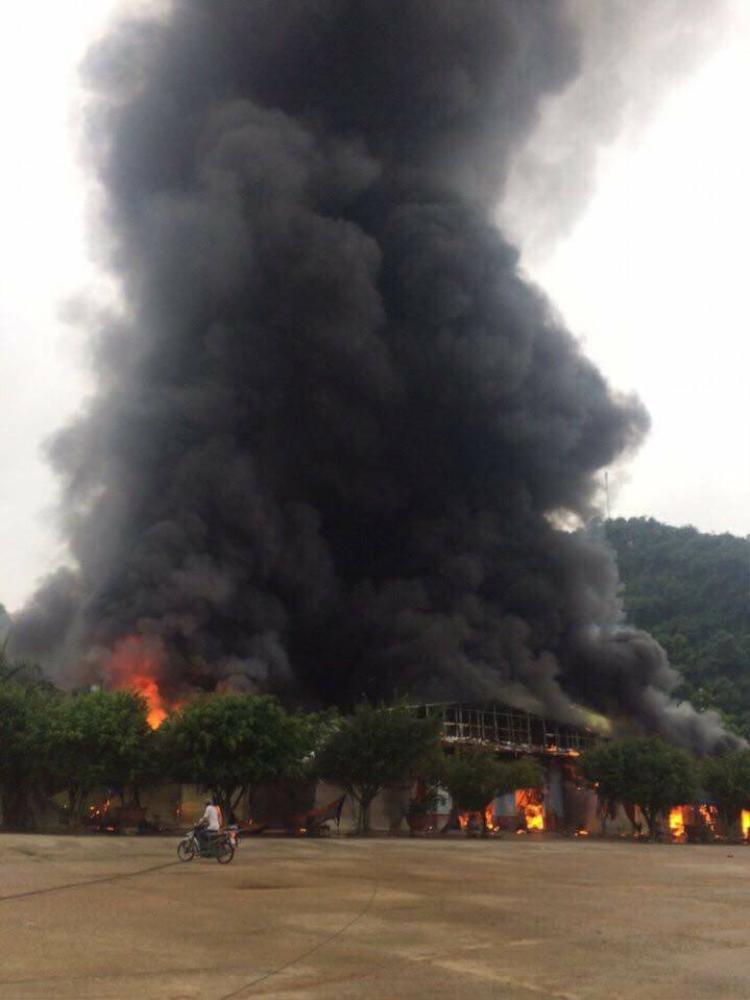 Cột khói khổng lồ cao hàng trăm mét.