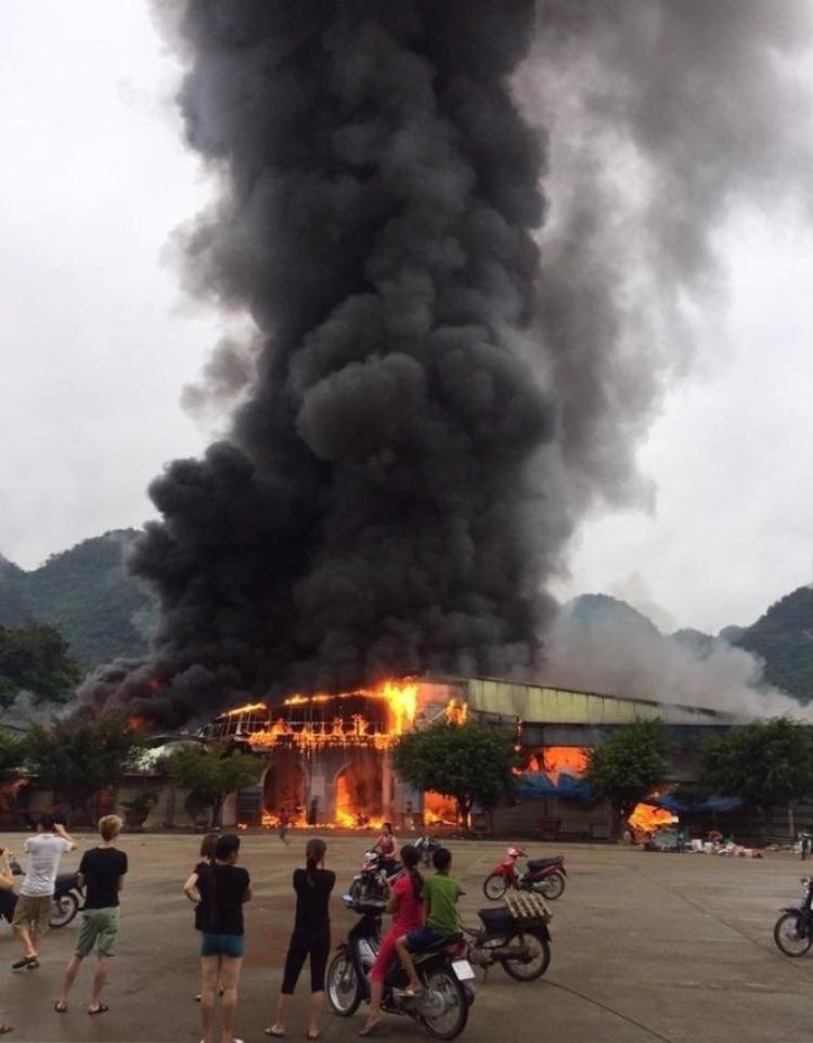 Ngọn lửa bùng phát cực lớn.
