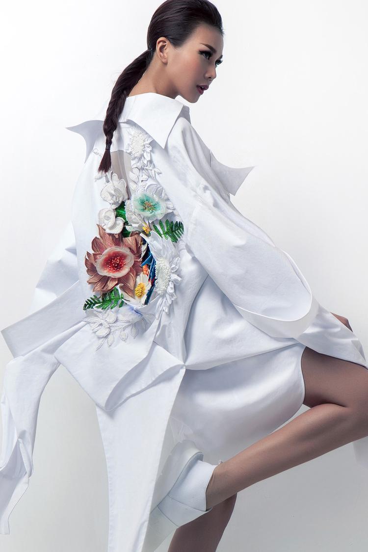 Thiết kế từng được siêu mẫu Thanh Hằng diện chụp hình lookbook trước đó với phiên bản đính hoa vô cùng ấn tượng.