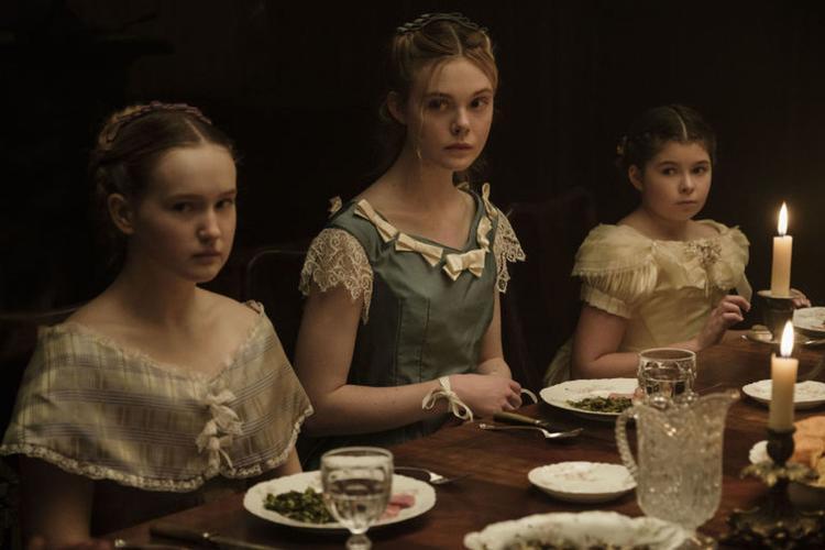 """Nàng """"công chúa tóc vàng"""" Elle Fanning (ở giữa)."""