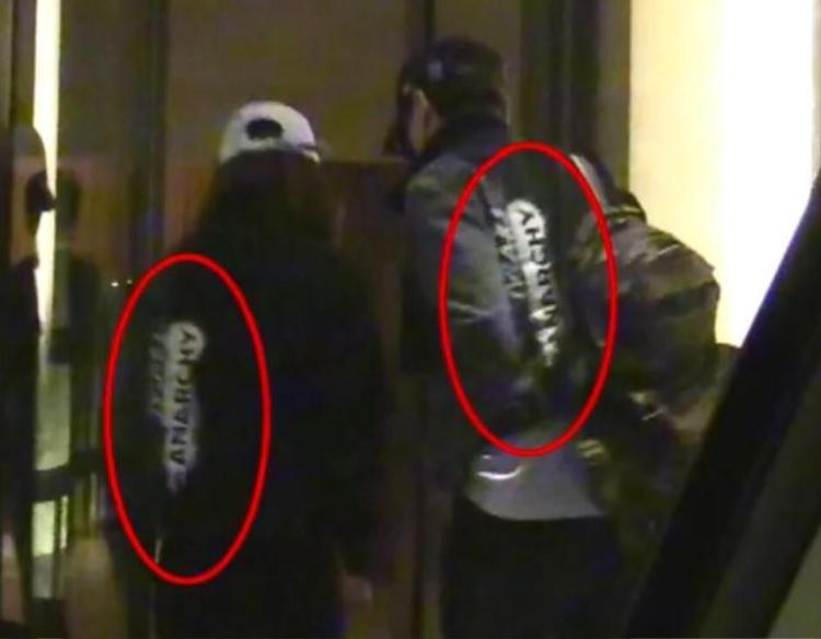 Cả hai mặc áo đôi.