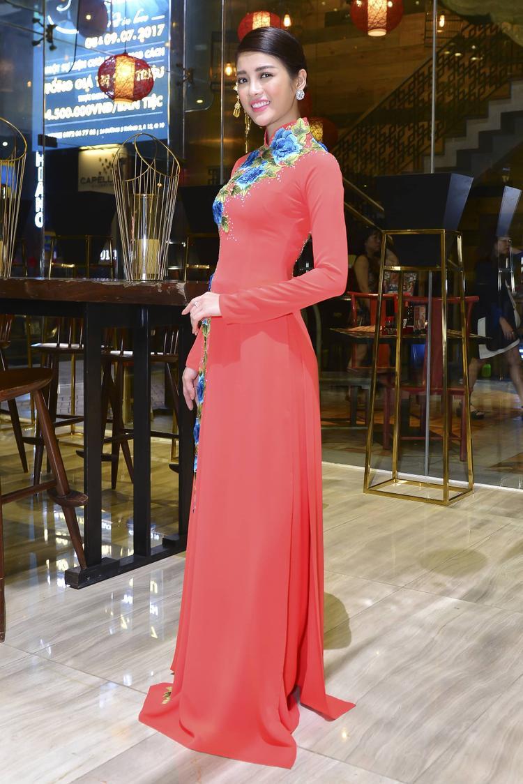 Đây là những thiết kế lấy chủ đề hoa sen, hoa hồng được thêu và đính đá tỉ mỉ giúp tôn lên vẻ đẹp dịu dàng, tỏa sáng của người phụ nữ.
