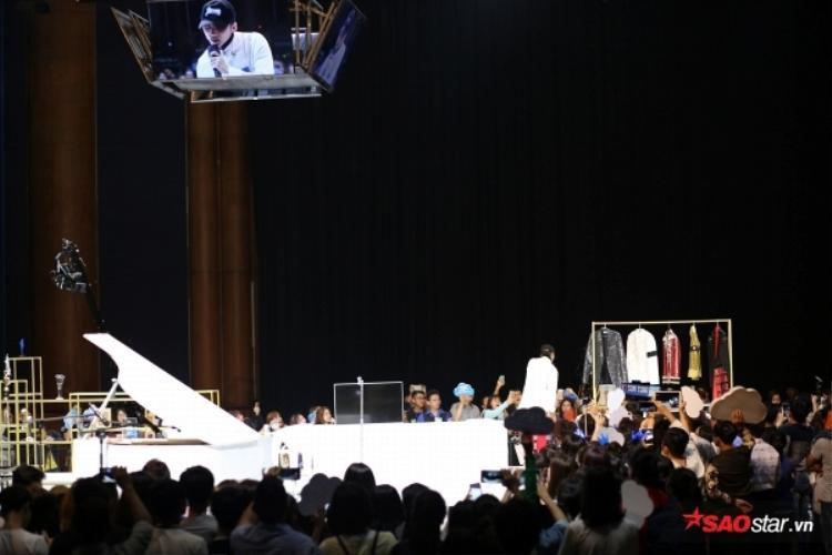 Một chiếc màn hình được đặt giữa sân khấu để các fan phía sau có thể dễ dàng quan sát.