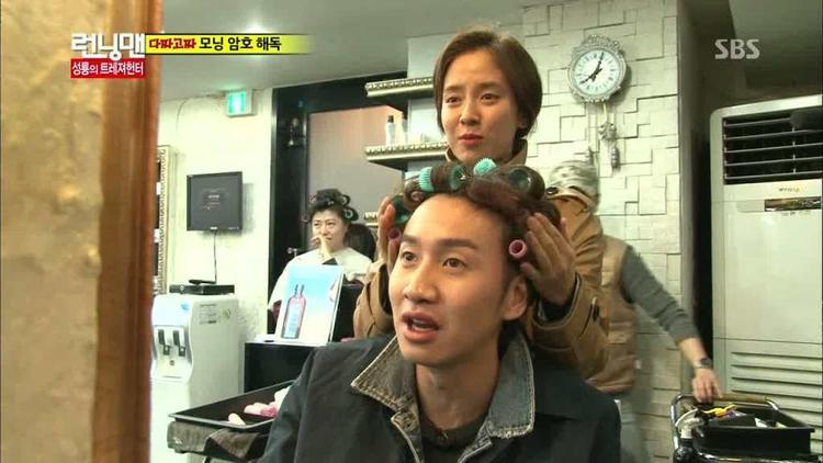 Tận tay tạo kiểu tóc cho Kwang Soo.