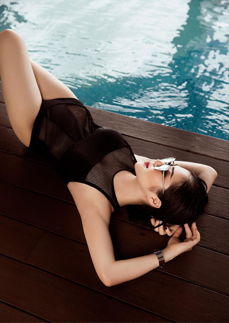 Không thể rời mắt trước thân hình bốc lửa của Hương Tràm trong loạt ảnh bikini