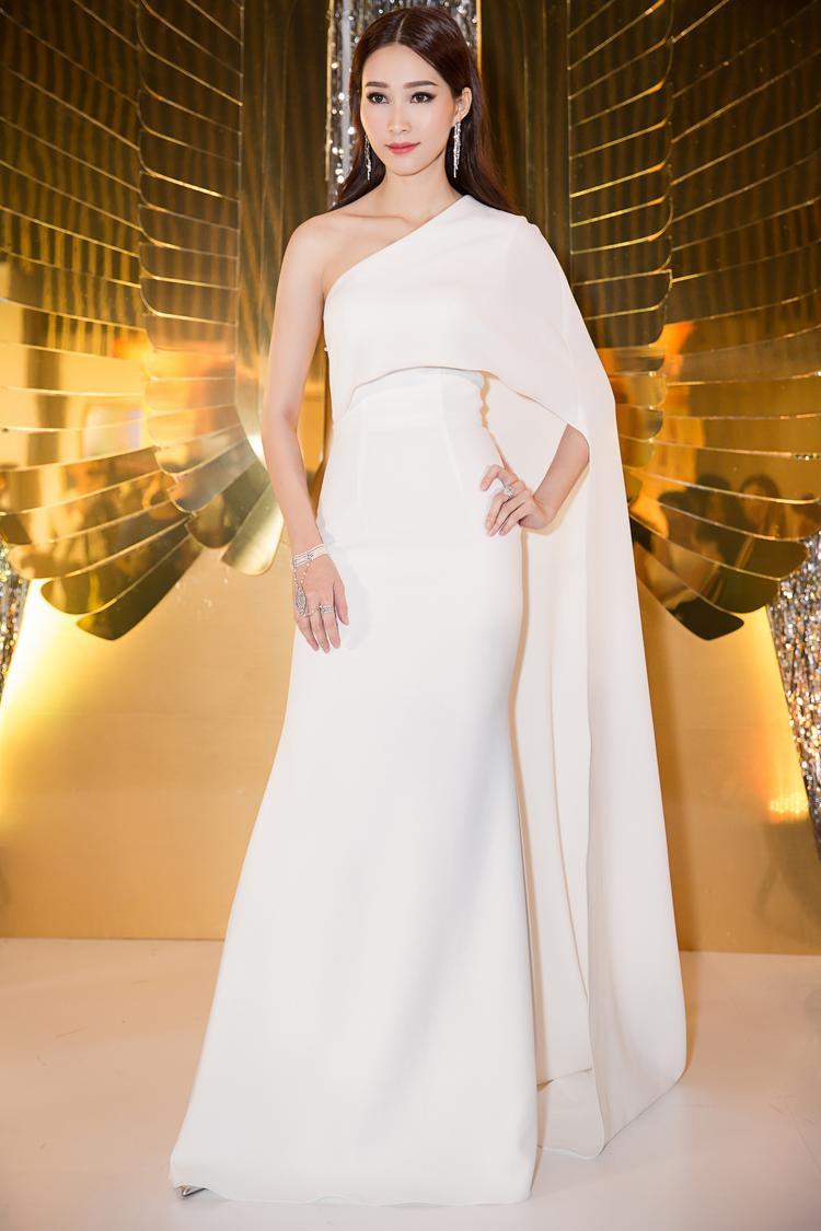 Trong khi đó, Hoa hậu Đặng Thu Thảo cũng thu hút các ánh nhìn bởi vẻ đẹp sang trọng và quyến rũ với bộ đầm được thiết kế đặc biệt của NTK Lê Thanh Hòa.