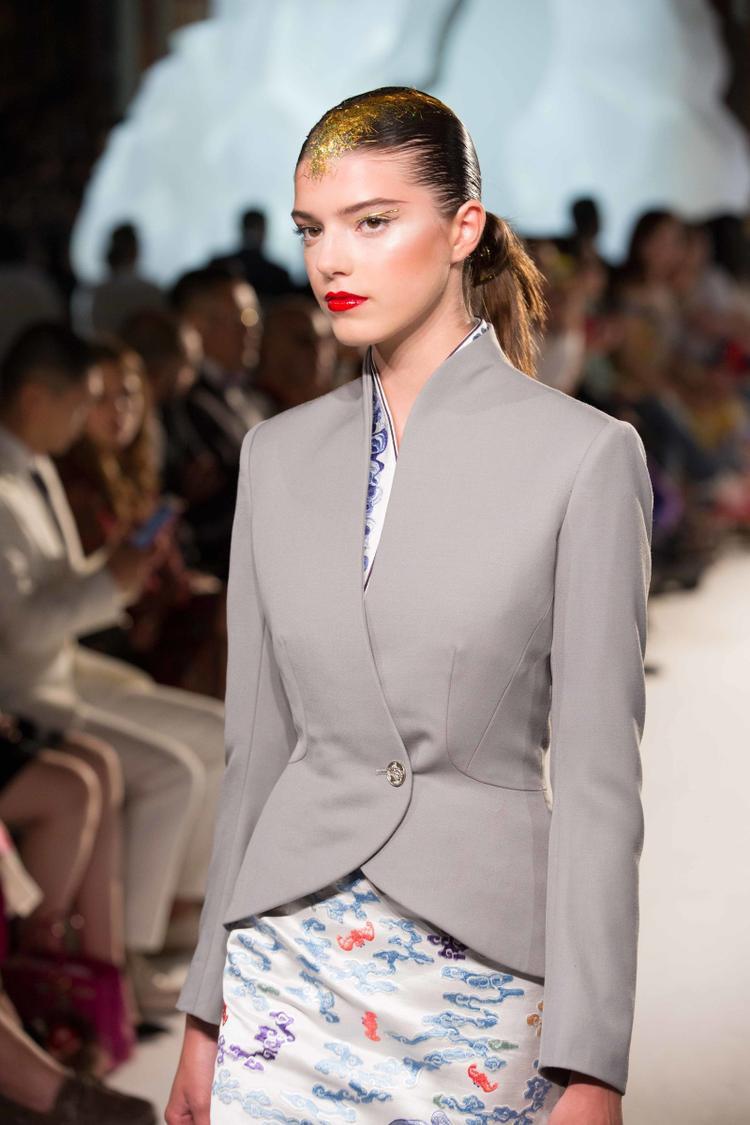 Vừa qua bộ sưu tập đặc biệt này cũng đã được ra mắt tại Paris Couture Week.