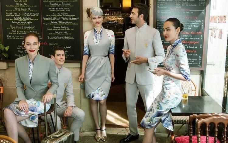 Và cả tạp dề cho tiếp viên hàng không nữ được thiết kế như một chiếc váy dáng tulip.