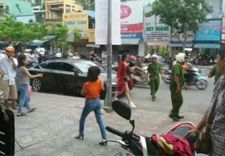 """Hình ảnh Đông Nhi bị ảnh cảnh sát """"hỏi thăm"""" vì đỗ xe sai quy định."""