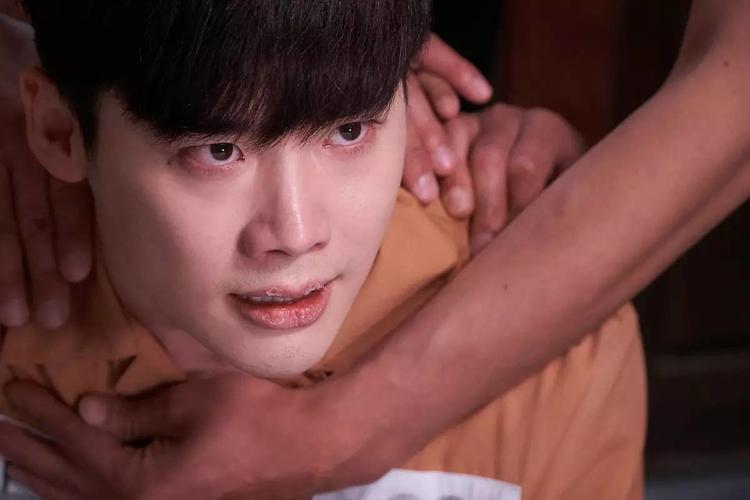 """Trong """"W - Two Worlds"""", Lee Jong Suk thường xuyên diễn cảnh khóc, vào tù, bị thương và """"cân não"""" để bắt kẻ sát nhân."""