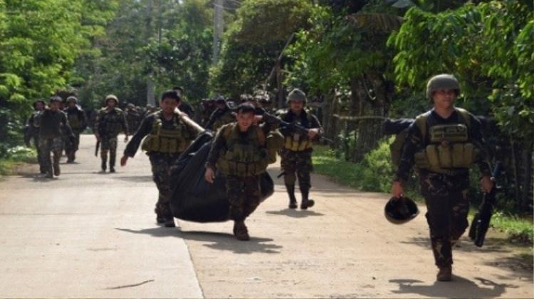 Quân đôi Phillipines đưa các thi thể nạn nhân ra ngoài sau cuộc tấn công sào huyệt Abu Sayyaf.