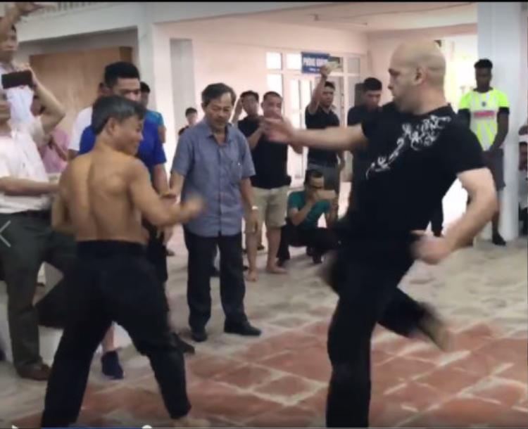 Hai võ sư giao đấu rất kịch tính trước sự chứng kiến của nhiều người xung quanh.