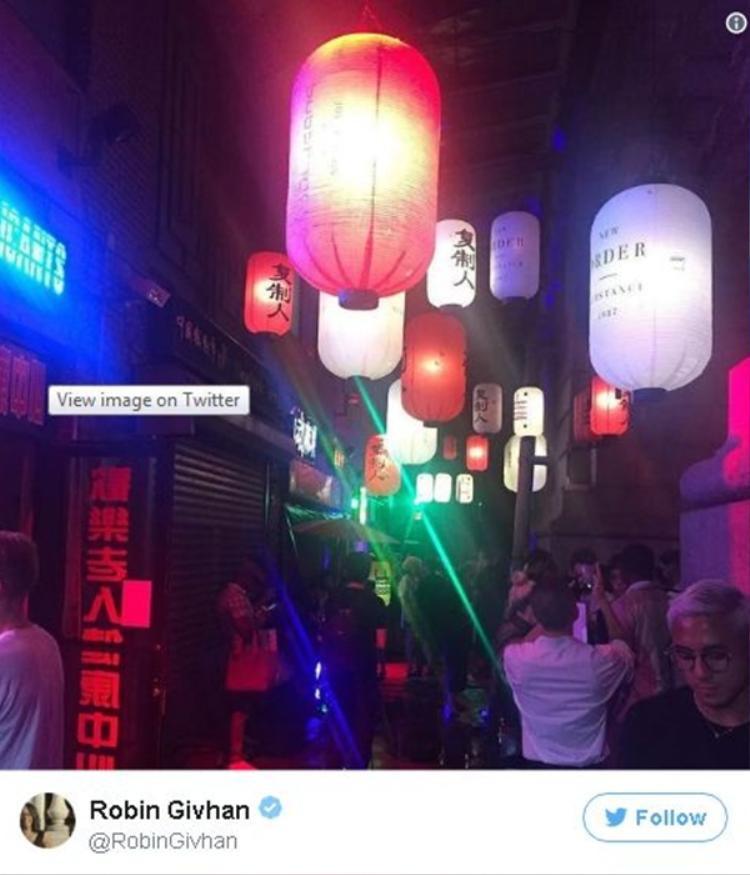 Đèn lồng của Trung Quốc được in bằng đồ họa do Peter Saville sản xuất cho New Order là điểm nhấn khó quên xuyên suốt buổi trình làng BST.