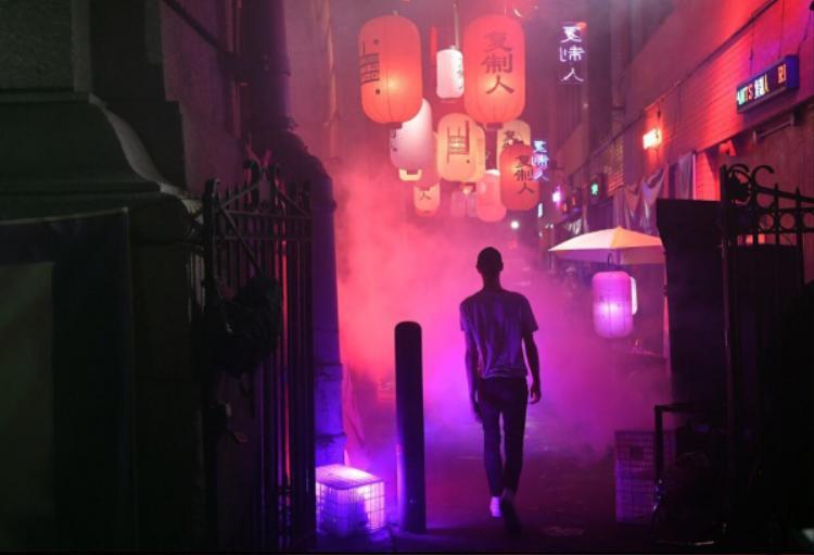 Sàn diễn của NTK người Bỉ huyền ảo với làn khói dày đặc, ánh đèn neon lấp ló tái hiện con hẻm ngay trên phốTàu của New York.