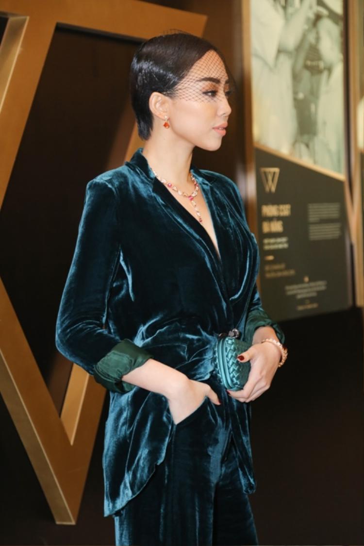 Tóc Tiên với bộ suit chất liệu nhung của NTK Đặng Hải Yến.