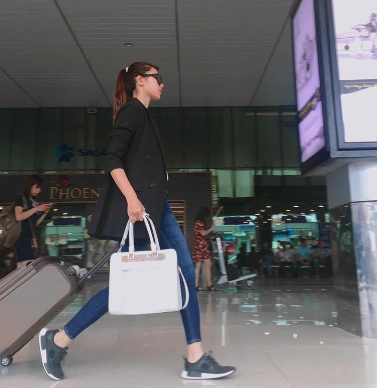 Thời trang menswear được cô nàng mang cả ra sân bay.