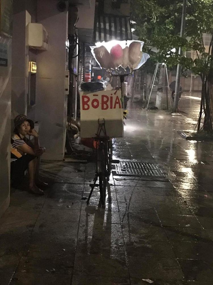 Cô bán bò bía co ro giữa đêm mưa.