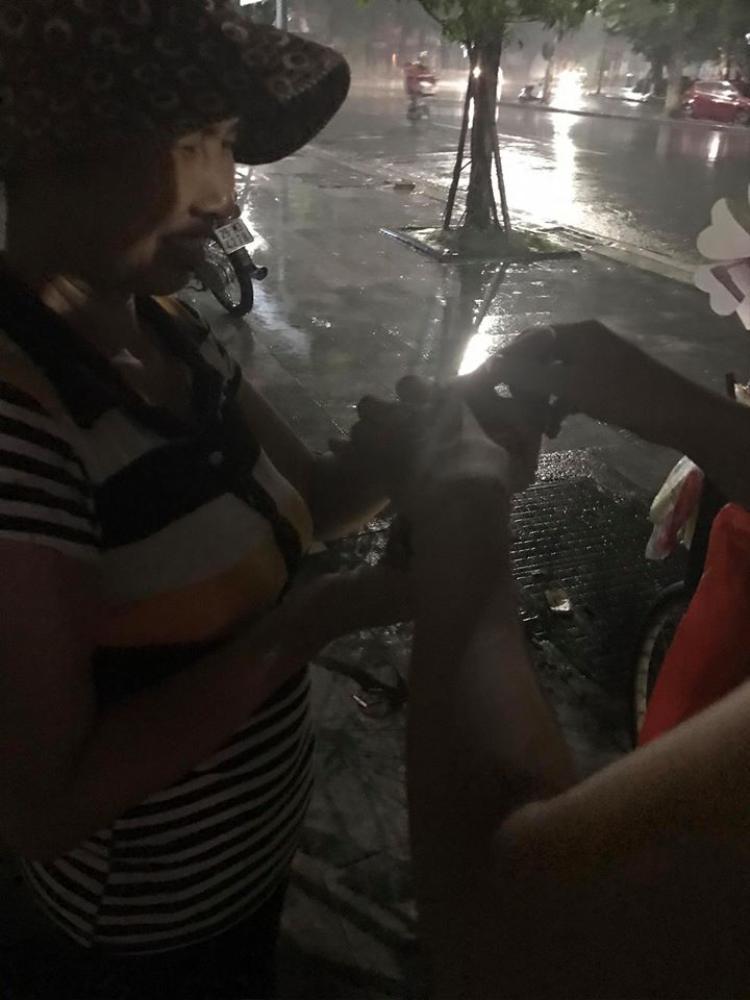 Cô vui vẻ nhận ly mì từ những người lạ mặt tốt bụng.