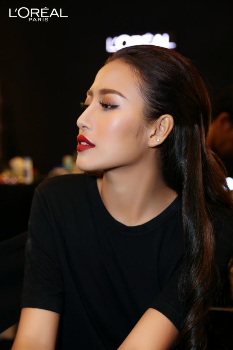Một Ngọc Ngân quyến rũ và cá tính khiến đối phương không thể rời mắt bởi vẻ đẹp sắc sảo cùng đôi môi đỏ trầm ấn tượng.