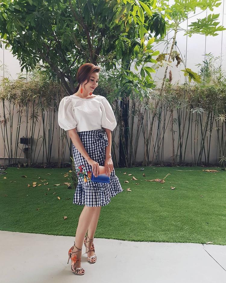 """Nổi tiếng là """"nữ hoàng thời trang Việt"""", không có mẫu thiết kế hay bộ trang phục nào có thể làm khó nàng mẫu. Dù diện trang phục nam tính với vest hay yểu điệu thục nữ với chân váy họa tiết """"khăn trải bàn"""" thì Thanh Hằng vẫn chứng minh gu ăn mặc đẳng cấp."""