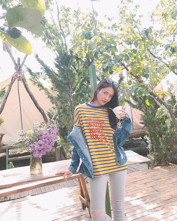Dù sớm dừng bước tại The Face Việt Nam, Trương Mỹ Nhân vẫn luôn rạng rỡ. Phong cách của cô nàng đến từ team Lan Khuê vô cùng đơn giản và thể hiện nét cá tính riêng khi lựa chọn set đồ gồm khoác jeans, áo phông kẻ sọc màu sắc và skinny xám.