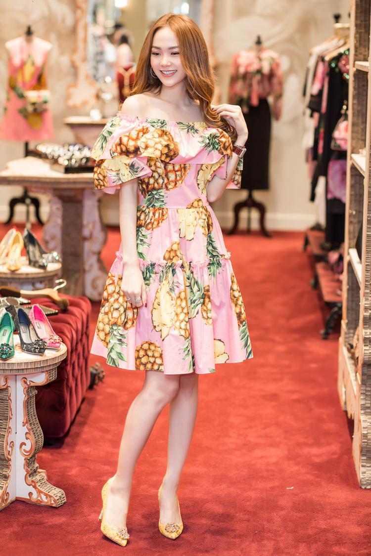 Đối với những cô nàng ưa chuộng phong cách nữ tính như Minh Hằng, chỉ cần diện một chiếc đầm mang họa tiết tropical mùa hè cùng giày gót nhọn và mái tóc xoăn nhẹ, chắc chắn mọi ánh mắt sẽ đổ dồn về phía bạn đó nha!