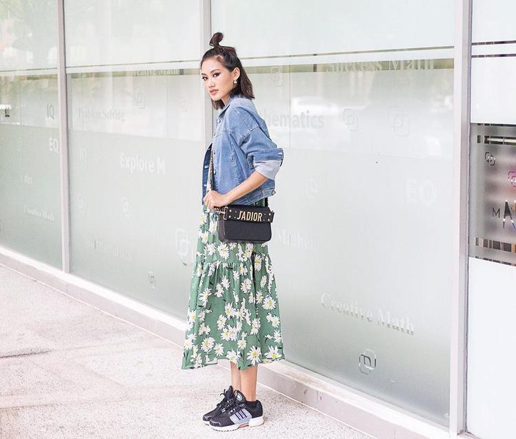 """Vẫn kết hợp đầm hoa """"bánh bèo"""" cùng denim jacket """"bụi bặm"""" nhưng stylist Pông Chuẩn đã tạo nên điểm nhấn đột phá trên set đồ bằng chiếc túi hiệu J'adior và giày sneaker đen."""