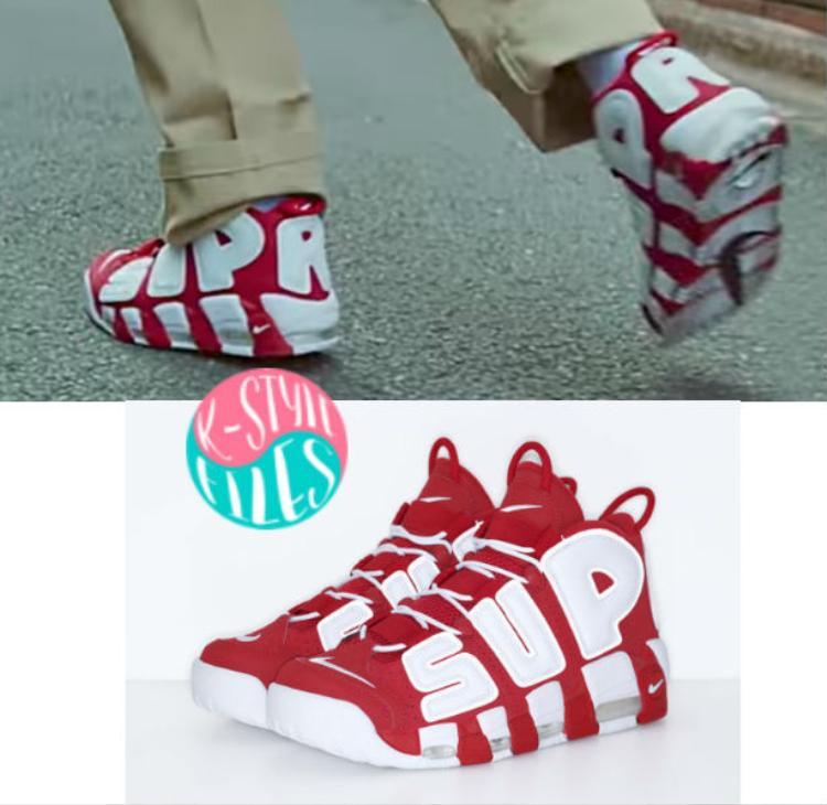 Đầu tiên là đôi giày được Supreme kết hợp cùng Nike với 2 gam màu trắng đỏ cực nổi bật.