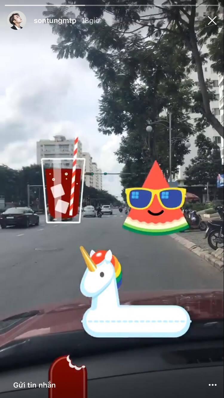 Đoạn clip ngắn trên stories instagram Sơn Tùng với những icon cute cùng âm thanh là ca khúc Ngồi hát đỡ buồnphát ra từ trong xe ô tô anh đang ngồi.