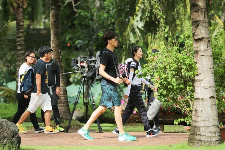 Trịnh Nguyên Sướng, Vương Lệ Khôn nhanh nhẹn di chuyển cùng với đoàn ghi hình.