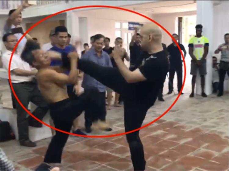 Trận thi đấu giữa võ sư Canada và võ sư Đoàn Bảo Châu.