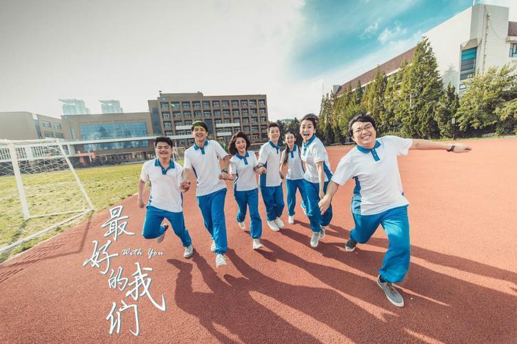 """Bối cảnh trường trung học Chấn Hoa, cũng như đồng phục học sinh đều được sử dụng lại trong """"Xin chào ngày xưa ấy"""" tạo nên cảm giác vô cùng thân thuộc."""