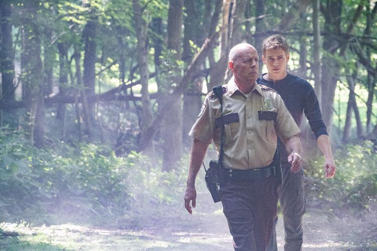 Cảnh sát trưởngMarvon Howell (Bruce Willis) giúp đỡ tìm kiếm cậu con trai Danny