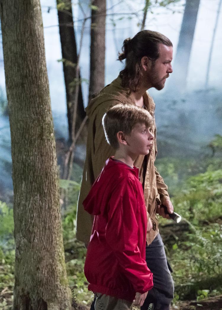 Cậu bé bị bắt cóc bởi mộttên cướp đang bị trọng thương Levi Barrett (Gethin Anthony).