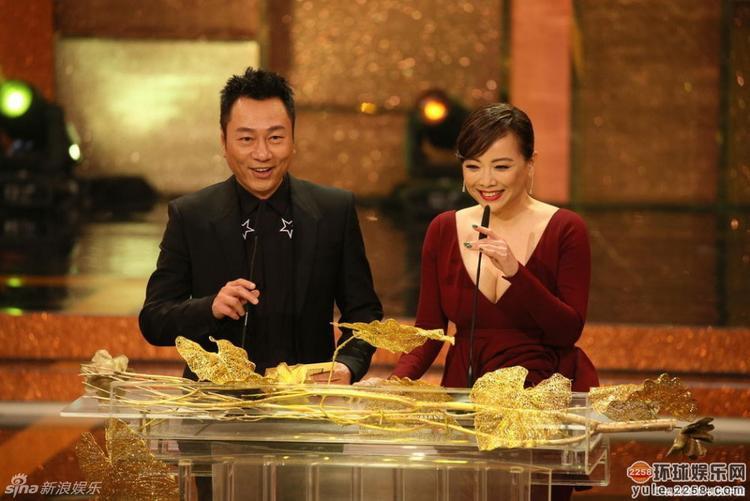 """Màn tái hợp của """"cặp đôi màn ảnh"""" trong Lễ trao giải TVB 2016"""