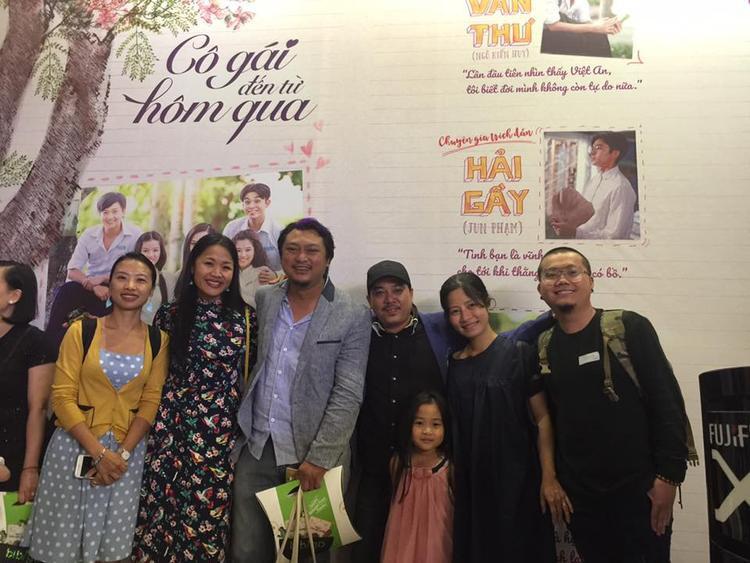 Đạo diễn Lê Thanh Sơn (thứ ba từ phải sang) cùng những người thân, bạn bè và đạo diễn Phan Gia Nhật Linh.