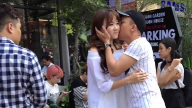 Cho đến quán ăn vỉa hè hay ngay trên đường phố thì Trấn Thành vẫn ngọt ngào hôn Hari Won.