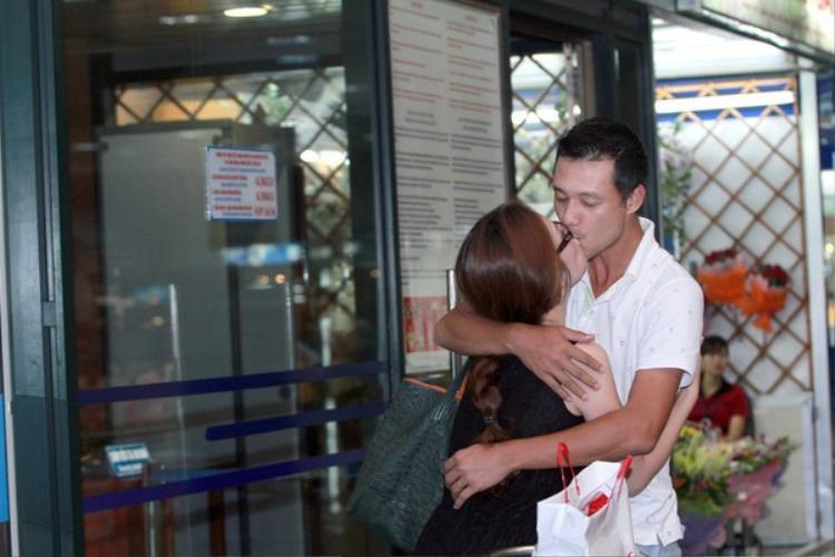 Vợ chồng Đan Lê - Khải Anh từng khiến nhiều người ghen tỵ với nụ hôn nồng cháy ở sân bay.