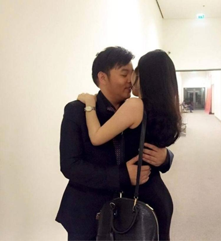 Quang Lê và bạn gái Thanh Bi cũng thường xuyên yêu thương nhau trước nhiều người.