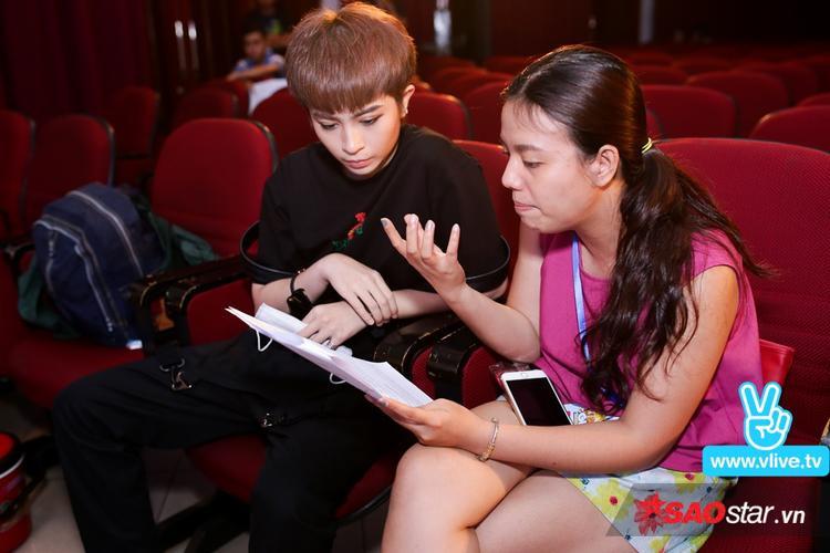 Vốn là một nghệ sĩ cầu toàn, Gil Lê cẩn thận kiểm tra lại toàn bộ khâu chuẩn bị trước khi chương trình diễn ra.